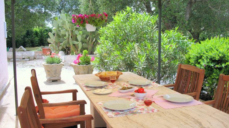Weitere bilder ferienhaus manduria apulien ionisches meer for Garten marmortisch