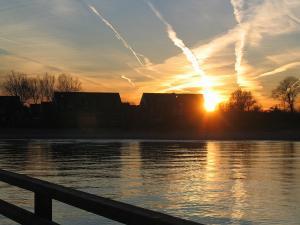 Der Sonnenuntergang-beobachtet von der Seebrücke