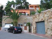 Das Ferienhaus mit sonnigen und schattigen Terassen mit 3 Schlafzimmern bietet Platz für 6 Personen