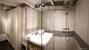 Zweites modernes Duschbad