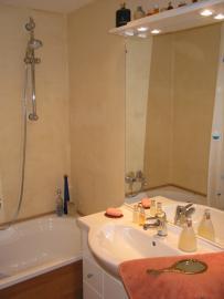 Badezimmer mit Sitzbadewanne bzw. Dusche