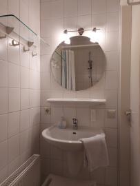Bad im Erdgeschoss mit bodengleicher Dusche