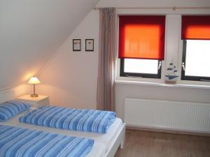 Großes Schlafzimmer mit Sitzecke und TV