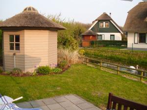 Gartenhaus mit Sonnenschirm und Elektrogrill