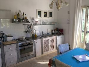 Küche mit Esstisch und direktem Ausgang ins Freie
