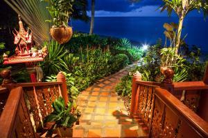 Das Haus ist in tropischen Gaerten eingebettet