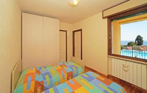 Flat nr. 2: bedroom with 2 beds and air condition.