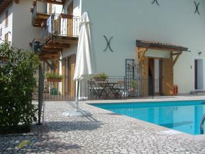 App. Charlotte Pool und Terrasse