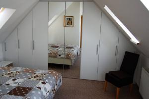 Fewo 2 : Doppelbett u. Schrank mit viel Stauraum