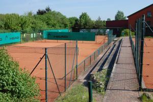 Außen- u. Innenplätze zum Tennisspielen