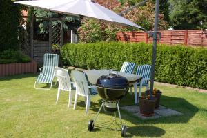 Gartensitzecke mit Auflagen, Grill, Sonnenschirm