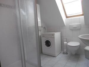 Das Bad im 1. OG mit Waschmaschine und Dusche