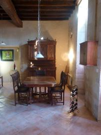 Salon mit Großmutters Schrank, Esstisch u. Stühlen