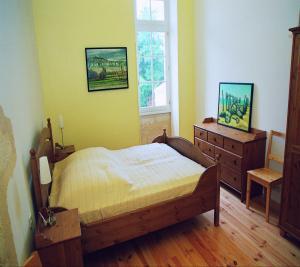 Schlafzimmer 1 mit Doppelbett, Kommode, Schrank
