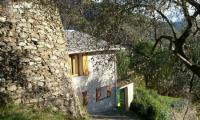 Ferienhaus über den Dächern von Pieve di Teco, Ligurien, mit großem Garten, ideal zum Entspannen.