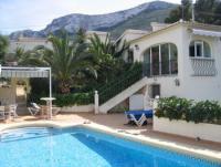 Das Ferienhaus mit sonnigen Terrassen u 3 Schlafzimmern bietet Platz für 5 bis 6 Personen.