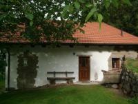 Unser Ferienhaus bietet Platz für 5 Personen, große Rasenfläche mit eingezäuntem Garten