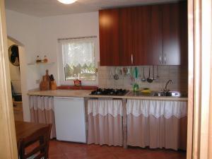 Wohnung Elegante: Küche mit Esstisch und TV
