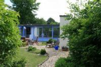 Strandnaher Bungalow im maritimen Stil mit komplett geschlossenem Süd-Garten, ideal für 4 Personen
