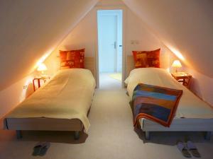 Schlafzimmer (oben) mit 2 Betten