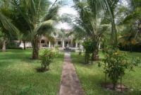 Gesamtes EG des Ferienhauses mit überdachter Terrasse, wunderschönem Garten bis zum Strand