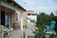 Ferienhaus im mediterranen Stil in einer Ferienanlage mit Pool. Eine große und kleine Gartenterrasse