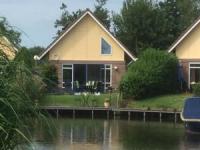 Komfortables Ferienhaus mit Bootsanleger in Medemblik am Ijsselmeer in Nordholland