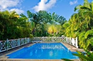 Großer Pool mit Sitzbank und Meerblick