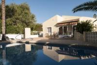 Das Ferienhaus mit sonnigen Terassen und 3 Schlafzimmern bietet Platz für 6 Personnen.