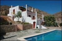 freistehendes großzügiges Ferienhaus mit Terrasse und Swimmingpool zum Träumen unter Palmen