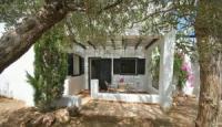 großzügige Ferienwohnung mit Terrasse und einem großen Garten mit Olivenbäumen