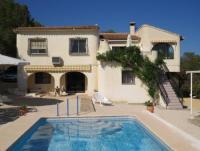 Komfortable freistehende Villa mit großem Garten (3.000 m²) für bis zu 10 Personen.