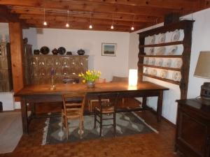 Esstisch mit Kachelofen im Wohnzimmer