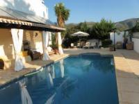 Die Doppelhaushälfte mit 2 Schlafzimmern, privatem Pool und Terrassen bietet Platz für 3 Personen
