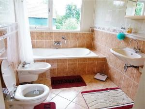 Main bathroom with tub, toilet, bidet and sink