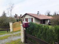 Unser Haus steht auf einem 1.200 m² großen Gartengrundstück und bietet Platz für 4 Personen.