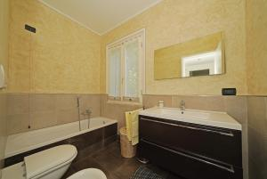 1. Bathroom has bathtub, wc and window