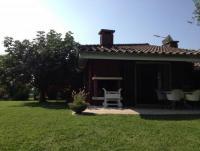Bungalow mit Terrasse, Kamin zum Grillen und Pool bietet Platz für 4 Personen