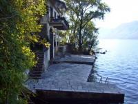 Freistehendes, direkt am See liegendes Ferienhaus mit 85 m² Wohnfläche und Platz für 6 Personen.