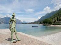 Jede Ferienwohnung mit Terrasse direkt am See bietet Platz für 2 bis 5 Personen