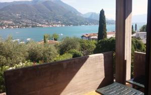 Balcony with view on the lake, table und sun beds