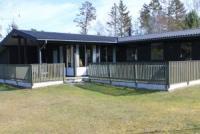 Holzhaus für max. 6 Personen, 1295 m² Grundstück. 3 Terrassen mit Gartenmöbeln und Sonnenliegen.
