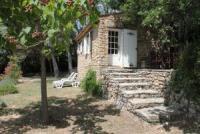 Der Bastidou (2 Personen) liegt abseits von der Wein-Kelterei und den anderen Häusern des Gutes.