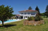 Die Villa befindet sich auf einem 3.000 m2 großen Grundstück und bietet Platz für bis zu 10 Personen