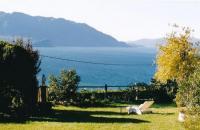 Das komfortable Ferienhaus mit Seeblick hat einen großem Garten mit 2 Freisitzen, 2 Schlafzimmer