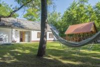 Das Ferienhaus mit großem Garten und 2 Schlafzimmern bietet Platz für bis zu 5 Personen