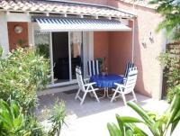 Das zweistöckige Ferienhaus für 4-5 Pers. mit Terrasse hat 2 Schlafzimmer, 2 WC + ist ideal für Kids