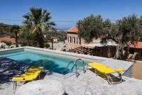 Das Ferienhaus Garyfalliá bietet viel Platz und schattige Plätzchen im Garten für 4-6 Personen.