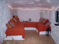 Ferien-Höhle für bis zu 5 Personen mit großem Wohnzimmer mit Lichtschacht