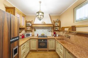 Kitchen with microwave, caffee machine and ofen